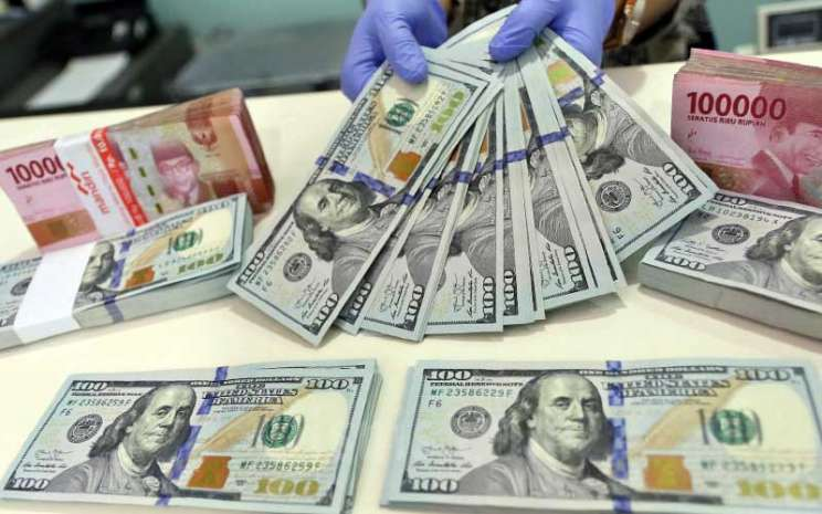 Karyawati menghitung uang dolar AS di Jakarta, Rabu (16/9/2020). Bisnis - Eusebio Chrysnamurti