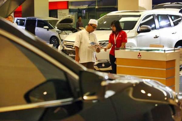 Calon pembeli mengunjungi pameran mobil di sebuah pusat perbelanjaan di Jakarta, Kamis (1/6/2020). Sejak pandemi Covid-19, pameran mobil secara konvensional banyak yang ditiadakan.  - JIBI/Dwi Prasetya
