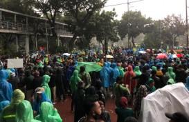 Demonstran Tolak UU Cipta Kerja Masih Bertahan Meski Hujan Deras