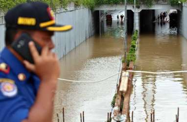 Pintu Air Jembatan Merah Siaga 1, Diduga Akibat Penurunan Muka Tanah
