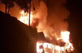 Rumah Betang 70 Pintu Milik Suku Dayak Taman Kapuas Dilalap Api