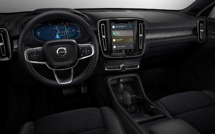 Sistem baru ini menawarkan integrasi penuh dari Android Automotive OS, platform Android open-source Google, dengan pembaruan waktu nyata ke layanan seperti Google Maps, Asisten Google, dan aplikasi otomotif yang dibuat oleh komunitas pengembang global.  - Volvo cars