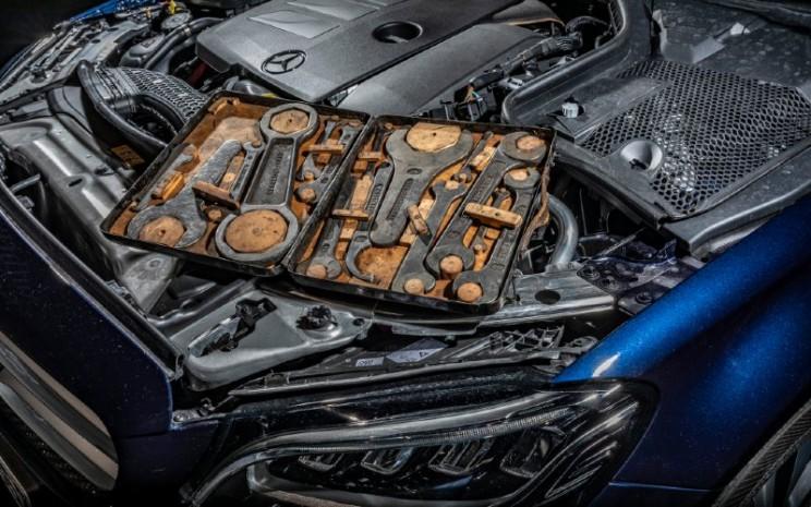 Kit perkakas kendaraan: Kendaraan modern sangat andal dan hampir tidak memerlukan pekerjaan pemeliharaan. Kit peralatan kendaraan adalah salah satu dari 33 Ekstra di Museum Mercedes-Benz.  - Mercedes Benz