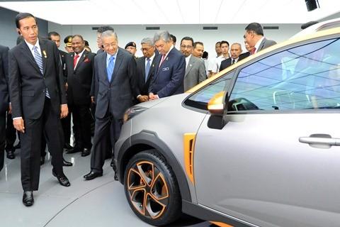 Presiden Joko Widodo (kiri) bersama mantan PM Malaysia Mahathir Mohamad (ketiga kiri) mengamati prototipe mobil Proton Iriz di Pusat Penyelidikan dan Pembangunan Proton, Shah Alam, Selangor, Malaysia, Jumat (6/2/2015). Setelah sukses meluncurkan model X50, basis Proton di Shah Alam menghadapi tantangan baru lantaran karyawannya positif Covid-19.  - Antara/Udden Abdul
