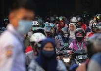 Sejumlah buruh pabrik pulang kerja di kawasan Cikupa, Kabupaten Tangerang, Banten, Jumat (17/4/2020)./ANTARA FOTO-Fauzan