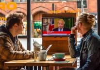 Perdana Menteri (PM) Inggris Boris Johnson menyampaikan keterangan terkait Brexit dalam siaran televisi yang ditonton warga di sebuah pub di Manchester, Inggris, Jumat (16/10/2020)./Bloomberg-Anthony Devlin