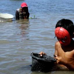 Warga Manfaatkan Susutnya Debit Air di Sungai Jeneberang Gowa Untuk Mencari Kerang