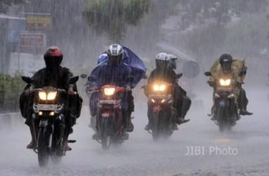 Cuaca Jakarta 21 Oktober, Hujan Disertai Kilat dan Angin Kencang
