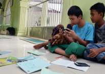 Sejumlah anak belajar menggunakan jaringan internet di Masjid Assa\\\'adah di Kota Pekanbaru, Riau, Selasa (13/10/2020). Pengurus masjid menyediakan internet gratis untuk anak-anak tidak mampu supaya bisa belajar jarak jauh selama pandemi COVID-19./ANTARA FOTO-FB Anggoro