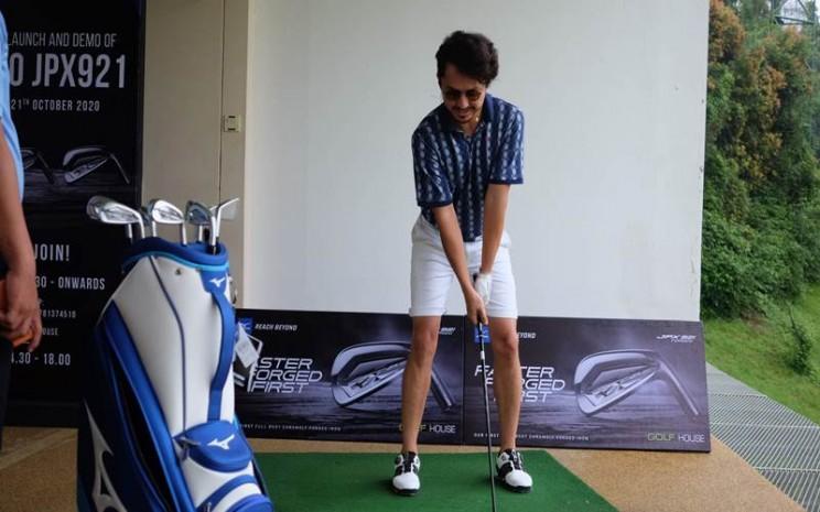 Ananda Omesh bermain golf