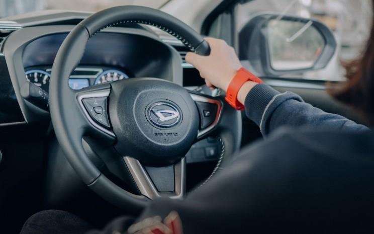 Jaga jarak dengan kendaraan lain, dan gunakan engine brake untuk deselerasi.  - DAIHATSU