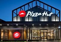 Restoran Pizza Hut. PT Sarimelati Kencana Tbk. merupakan pemegang lisensi warabalab Pizza Hut di Indonesia. Pada 2018, jaringan restoran maupun gerai Pizza Hut yang dikelola mencapai 378 titik di seluruh Indonesia/sarimelatikencana.co.id