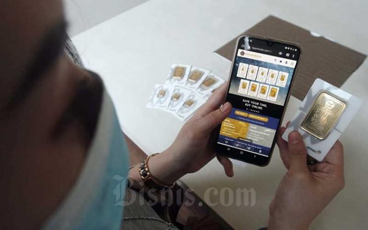 Karyawan mengakses website pembelian emas logam mulia di Butik Antam, Jakarta, Selasa (8/9/2020). - Himawan L Nugraha
