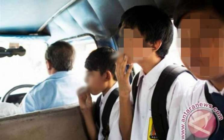 Ilustrasi-Perokok usia dini sedang merokok di atas angkutan umum - Antara