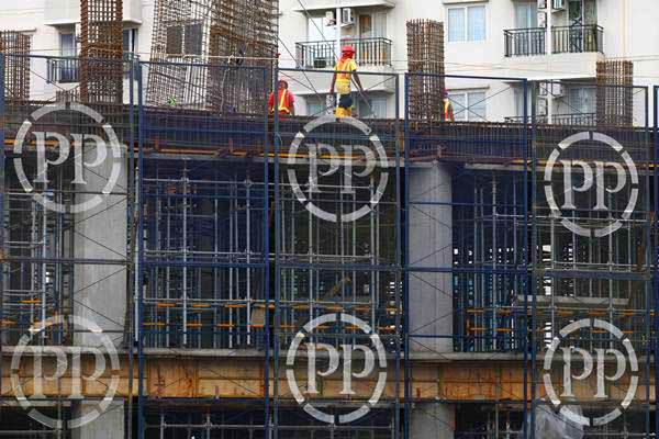 Pekerja mengerjakan proyek pembangunan hunian bertingkat PT PP (Persero) Tbk. di Jakarta, Senin (29/5). - JIBI/Dwi Prasetya