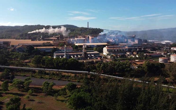 Foto udara pabrik pengolahan nikel milik PT Aneka Tambang Tbk. di Kecamatan Pomalaa, Kolaka, Sulawesi Tenggara, Senin (24/8/2020). PT Aneka Tambang Tbk. (Antam) mencatat pertumbuhan positif kinerja produksi unaudited komoditas feronikel pada periode triwulan ke-2 tahun 2020 sebesar 6.447 ton nikel dalam feronikel (TNi) atau naik sebesar dua persen dibandingkan kuartal sebelumnya. ANTARA FOTO - Jojon