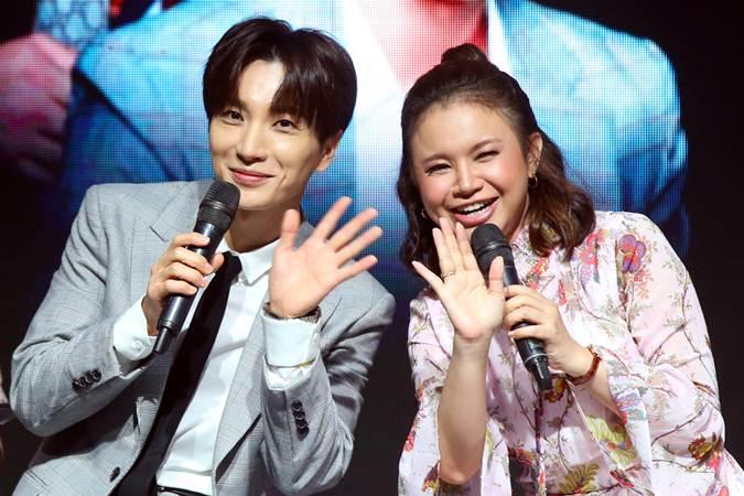 Artis Super Junior Lee Teuk (kiri) bersama penyanyi Rossa saat acara penandatanganan kerja sama strategis antara Transmedia dengan SM Entertainment Group di Jakarta, Kamis (21/2/2019). - Bisnis/Abdullah Azzam