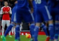 Mesut Ozil (kiri) berdoa sebelum memulai pertandingan./BBC