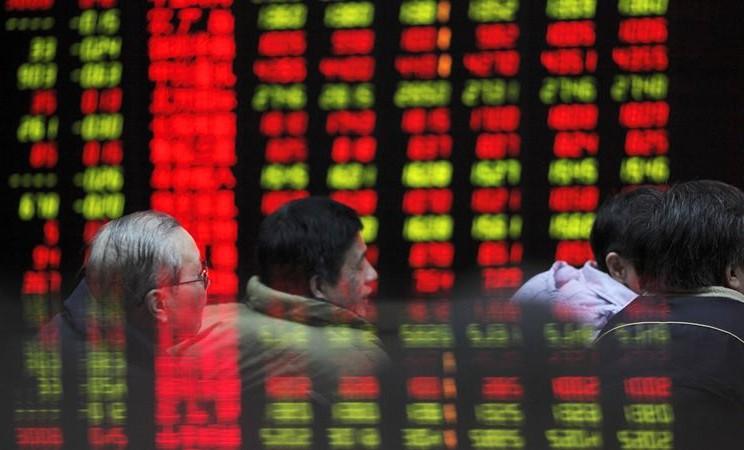 Investor mengamati papan perdagangan saham di sebuah kantor perusahaan sekuritas di Shanghai, China. -  Qilai Shen / Bloomberg