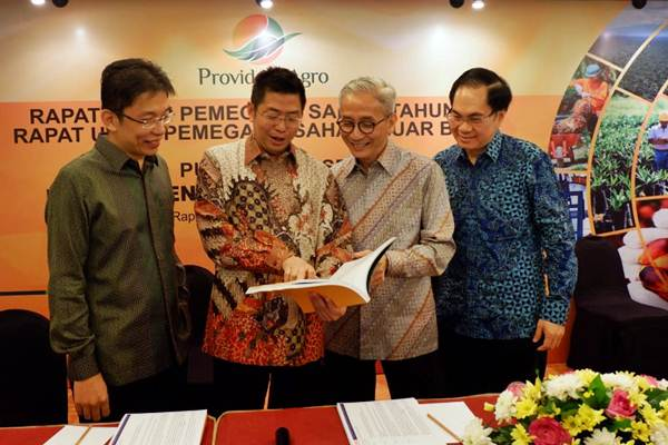 Presdir PT Provident Agro Tbk (PALM) Tri Boewono (kedua kiri), bersama Direktur Devin Antonio Ridwan (kiri), Direktur Budianto Purwahjo (kedua kanan) dan Direktur Independen Boyke Antonius Naba berbincang seusai RUPS, di Jakarta, Senin (4/6/2018). - JIBI/Nurul Hidayat