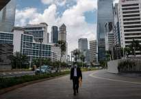 Ilustrasi - Pekerja berjalan di trotoar Jalan Jenderal Sudirman, Jakarta, Rabu (8/4/2020). Paket deregulasi bertujuan mendatangkan investasi baru untuk mempercepat pembangunan/ANTARA FOTO-Dhemas Reviyanto