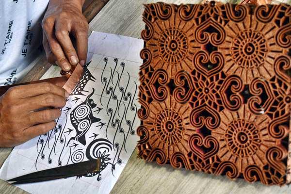 Perajin membentuk logam menjadi pola pada kerajinan cap batik di Meteseh, Tembalang, Semarang, Jawa Tengah, Selasa (8/1/2019). - ANTARA/Aditya Pradana Putra