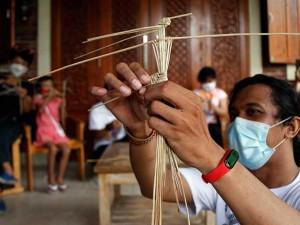 Komunitas Wayang Suket Indonesia Gelar Pelatihan Membuat Wayang Suket Kepada Anak-Anak