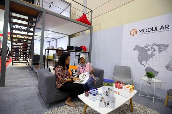 Pengunjung mencari informasi tentang keunggulan Modular di stand PT Wijaya Karya Bangunan Gedung Tbk dalam Pameran Indonesia Property Expo (IPEX) 2018 di JCC, Jakarta, Kamis (27/9/2018). - JIBI/Abdullah Azzam