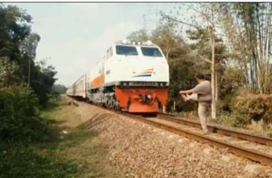 Video Kocak, Pria Tendang Kereta Api hingga Berjalan Mundur. Jadi Pro dan Kontra
