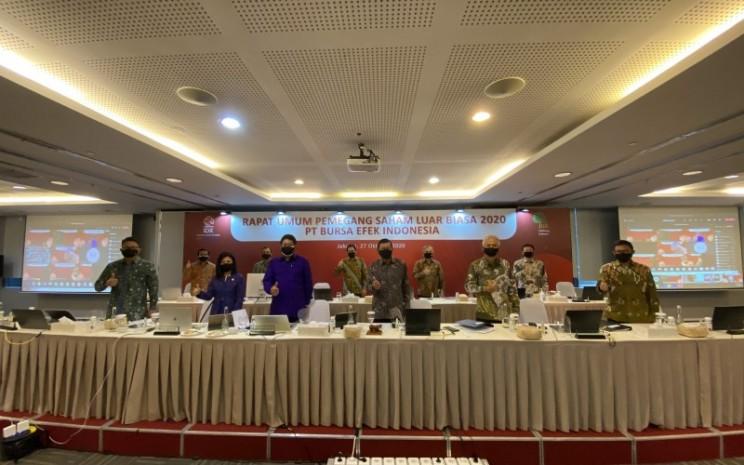 Direksi PT Bursa Efek Indonesia melakukan sesi foto bersama usai Rapat Umum Pemegang Saham Luar Biasa (RUPS) yang dilakukan pada Selasa (27/10/2020). - Istimewa