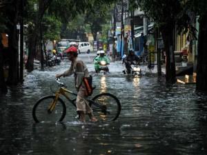 Jalanan di Bandung Banjir Akibat Diguyur Hujan Seharian