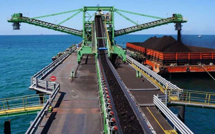 Proses pengapalan batu bara dari conveyor belt ke kapan tongkang. - abm/investama.com