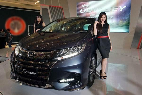 Model berpose di dekat New Honda Odyssey saat peluncurannya di Jakarta, Kamis (1/3). - JIBI/Abdullah Azzam