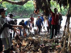 Peringati Hari Sumpah Pemuda, Relawan Lingkungan Bersihkah Sampah di Kali Ciliwung