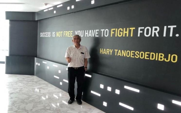 Lo Kheng Hong berpose di depan dinding berisi kutipan Chairman MNC Group Hary Tanoesoedibjo. - istimewa