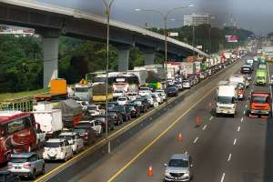 Volume Kendaraan di Jalan Tol Jakarta-Cikampek Menigkat 51,6 Persen Saat Libur Panjang