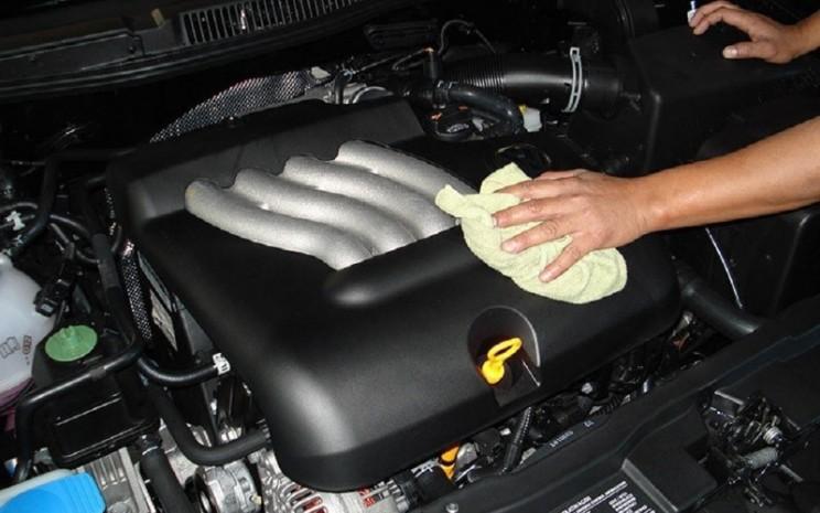 Pastikan tidak ada oli yang menetes atau merembes ke komponen-komponen di ruang mesin. Pastikan juga tak ada kebocoran radiator.  - SIS