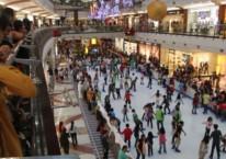 Sebelum dunia dilanda pandemi Covid-19, pusat perbelanjaan di Jakarta ramai dikunjungi. Ratusan pengunjung mal mencoba permainan Ice Skeating di Pondok Indah Mal Jakarta, Selasa (25/12/2019). /BISNIS-YAY