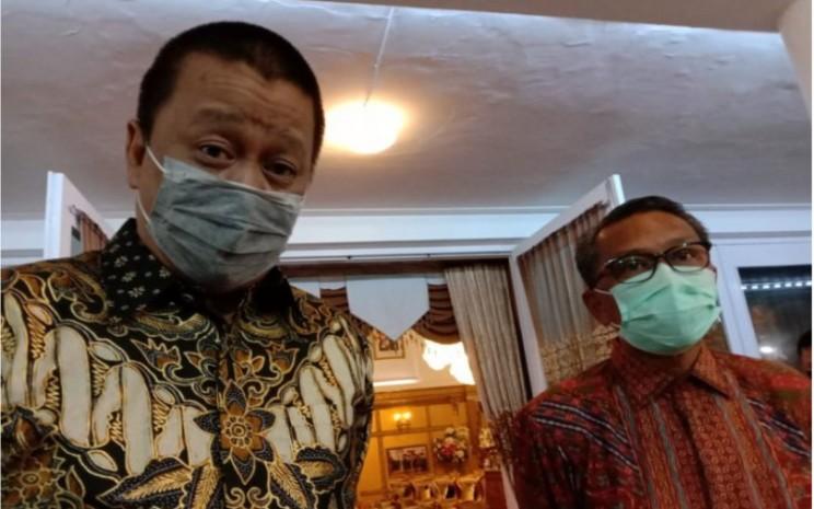 Dirut PT Garuda Indonesia Irfan Setiaputra (kiri) dengan Gubernur Sulsel HM Nurdin Abdullah (kanan) di sela-sela audiensi membahas tentang peluang kerja sama di Rumah Jabatan Gubernur Sulsel, Makassar, Selasa (4/8 - 2020) malam. ANTARA