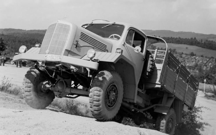 Mercedes-Benz LG 315, truk militer seri model 304 menjalani uji jalan di Gaggenau.  - Arsip Mercedes/Benz