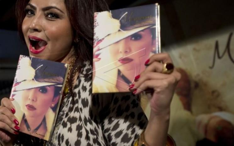 """Mayangsari memegang album barunya yang bertajuk """"Hanya Untukmu"""" di Jakarta, Rabu (17/9/2014). - Antara"""