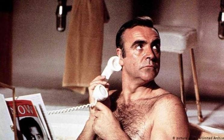 Aktor Sean Connery memerankan James Bond. - Istimewa