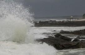 Pengunjung Pantai Cihara di Banten Diminta Waspada Gelombang Tinggi