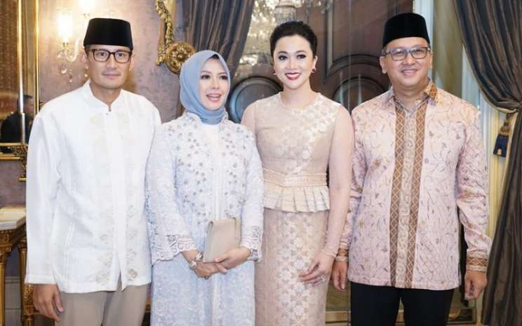 Sandiaga Uno dan Rosan P. Roeslani bersama istri saat silahturahmi Idul Fitri 2018 - Twitter/@sandiuno