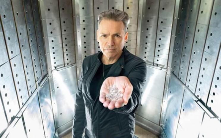 Dale Vance memegang berlian buatannya