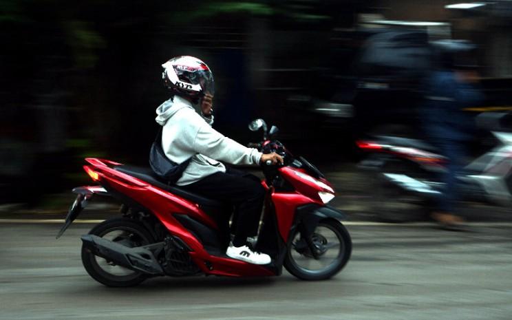 Pengendara sepeda motor saat jam pulang di Jakarta, Rabu (6/5 - 2020). BISNIS.COM