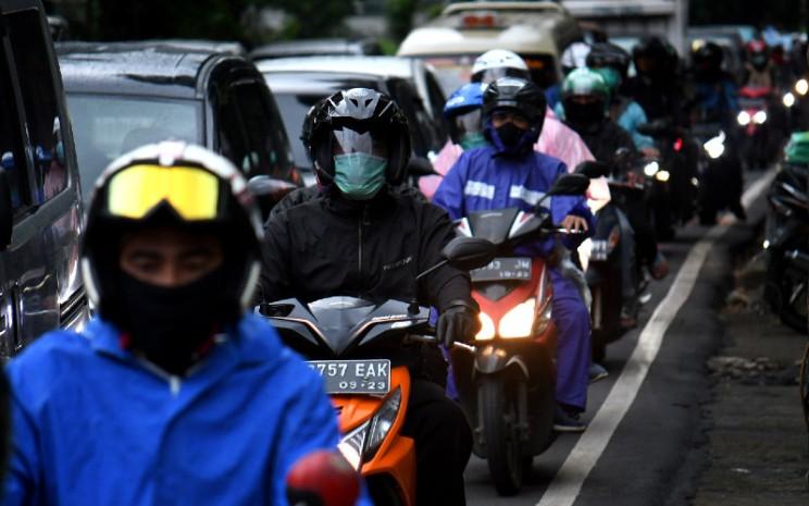 Pengendara kendaraan pribadi saat jam pulang kerja memadati jalanan di Jakarta, Rabu (6 - 5). Lebih aman pakai sepeda motor. BISNIS.COM