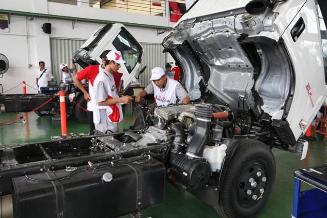 Mekanik memeriksa truk Isuzu. IAMI tetap berproduksi dengan permintaan pasar dan pada Oktober produksi sudah berada pada kisaran 80 persen dari kondisi sebelum pandemi Covid-19.  - Bisnis/Dedi Gunawan