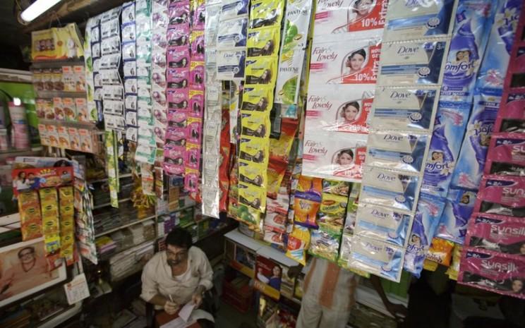 Produk Unilever dipajang di sebuah toko kelontong di India -  Bloomberg