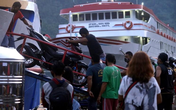 Buruh angkut menurunkan sepeda motor dari geladak kapal di Dermaga Pelabuhan Tahuna, kabupaten Kepulauan Sangihe, Sulawesi Utara, Kamis (15/10/2020).  - ANTARA